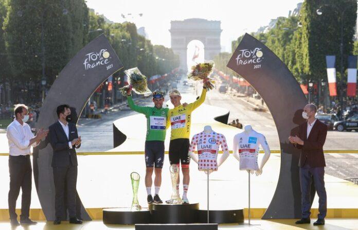 image 1 115 696x447 - Sieger der 108. Tour de France Tadej Pogačar mit Kristallglas-Trophäe von ŠKODA AUTO geehrt