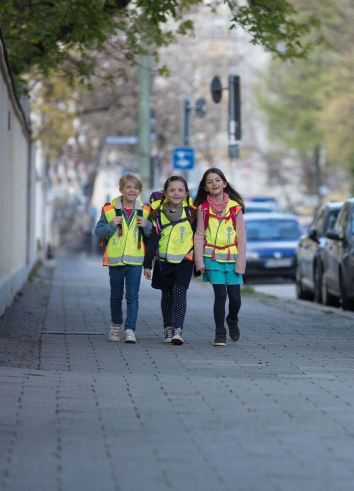 image 1 227 696x964 - Sicher und sichtbar zur Schule mit den Angeboten der ADAC Stiftung / Auf verkehrshelden.com werden verschiedene Materialien für zur Verfügung gestellt, um den Schulweg so sicher wie möglich zu machen
